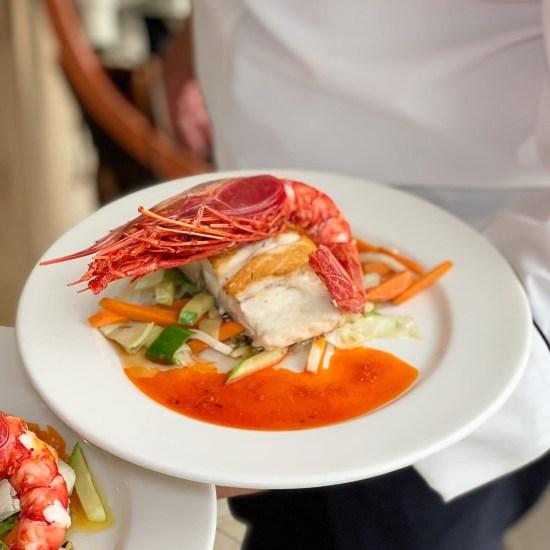 lubina Aquanaria, carabinero. Chef llevando el plato