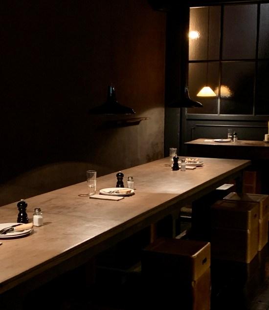 mesa corrida, vasos, salpimentero, platos y cubiertos