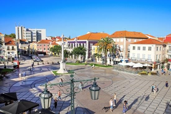 Plaza de Setúbal con personas andando