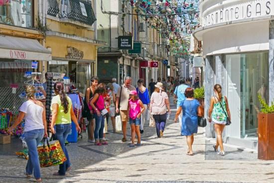 Rua de Setúbal con personas andando