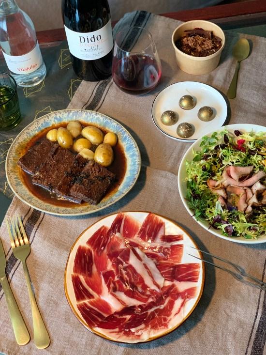 Plato de jamón de bellota 100% ibérico, carrillera de cerdo ibérico, ensalada, vino, agua, bombones Menú Montanera de FISAN y Hermanos Torres