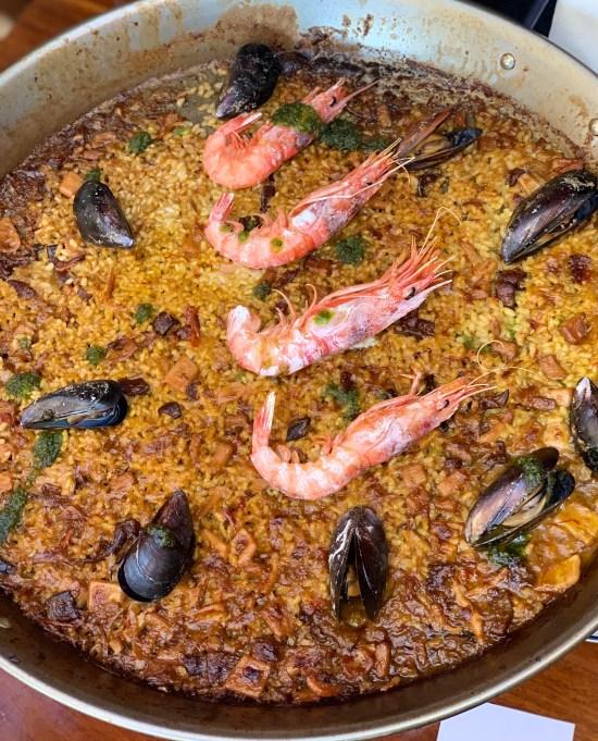 arroz con gamba roja, calamares y mejillones de roca.