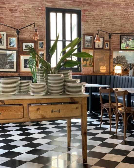 Interior de Bistro Mató, sillas, mesas, platos, suelo ajedrezado,