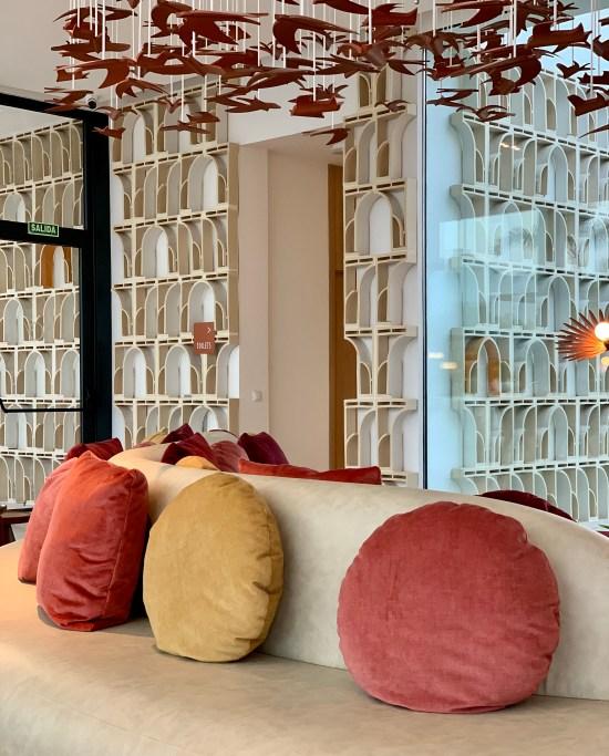 cojines de colores, y sofá en SO/ Sotogrande