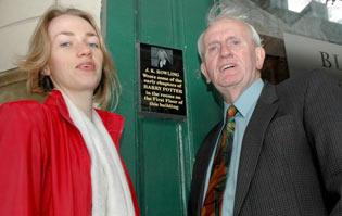 Roban una placa dedicada a J.K. Rowling en Edimburgo