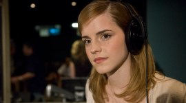 Fotografía de Emma Watson doblando a la Princesa Pea