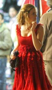 Emma Watson como Hermione Granger usando un hermoso vestido rojo
