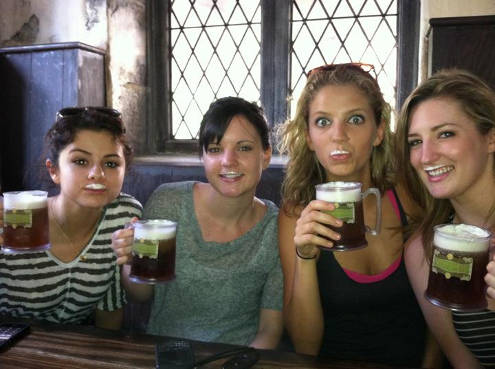 Selena Gomez tomando Cerveza de Mantequilla