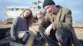 Nueva Imagen de David Thewlis en 'Separate We Come, Separate We Go' de Bonnie Wright