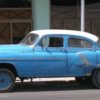 Valokuva vanhasta autosta.