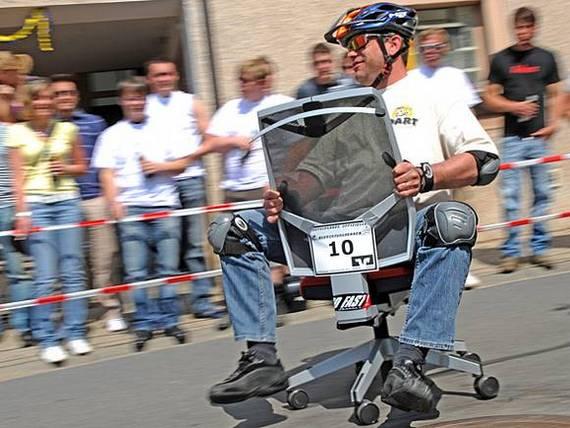 Corrida com cadeiras de escritório na Alemanha
