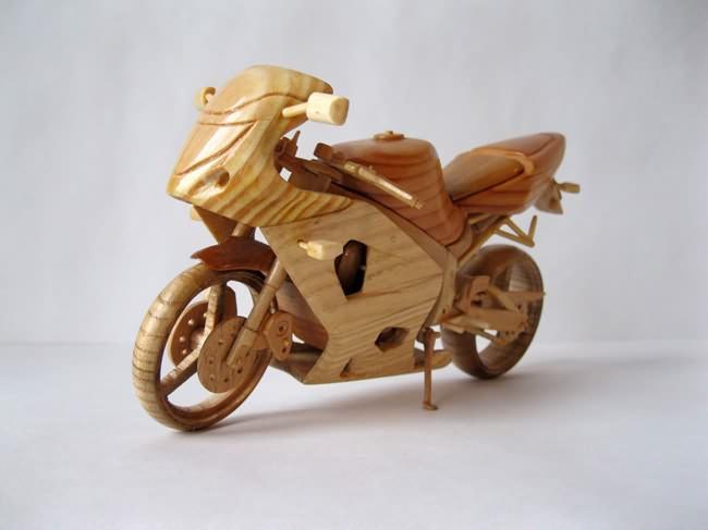 Miniaturas de motocicletas feitas de madeira