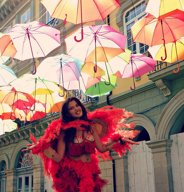 A rua dos guarda-chuvas flutuantes
