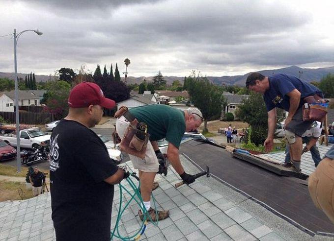 Exemplo de solidariedade: comunidade se mobiliza para consertar telhado de idoso