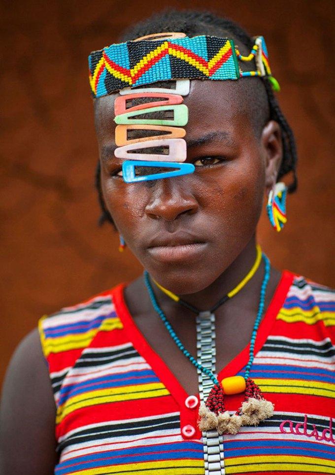 Tribo africana Daasanach recicla lixo e cria belos acessórios