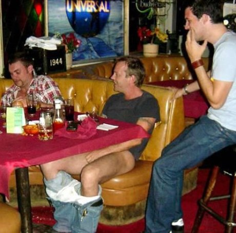 Keifer Sutherland drops his pants while having a beer
