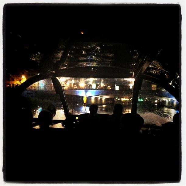 Vue du bateau mouche de nuit