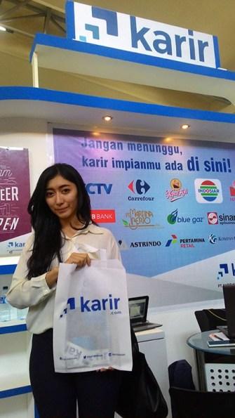 Salah satu Career Seeker yang beruntung mendapatkan merchandise Karir.com