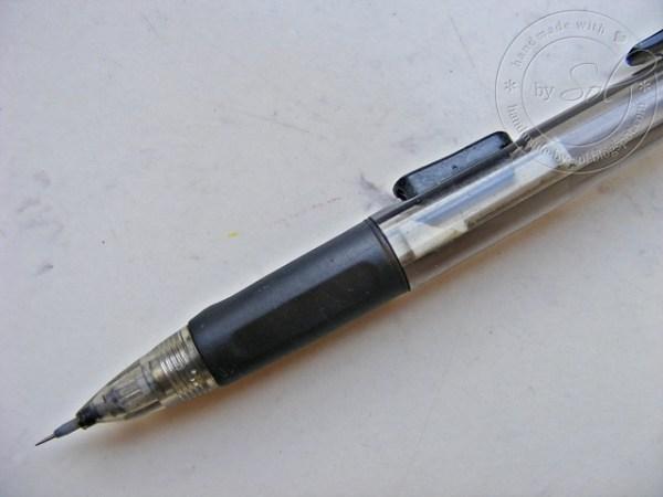 igła umieszczona w ołówku automatycznym