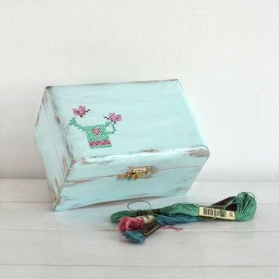 caja-pintada-a-mano-cross-stitch-turquoise