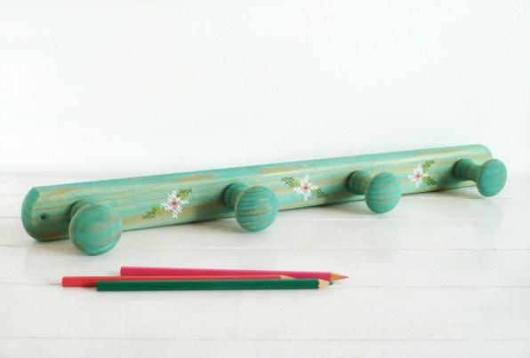 perchero-pintado-a-mano-verde