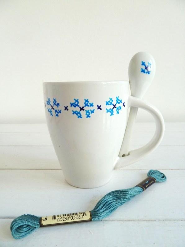 taza-pintada-a-mano-blancacc_azul