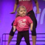 A kislány színpadra lép a zumba csoporttal, a nézők le sem tudják venni róla a szemüket!