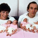 A szülők az újszülött hatosikreiket tartják a karjukban – Így néznek ki 30 év elteltével