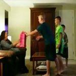 A három fiú letérdel apjuk barátnője elé és megkérik őt nyissa ki a csomagot