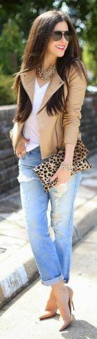 jaqueta de couro bege com jeans para baixinhas