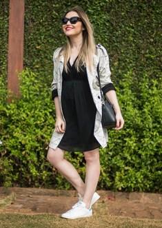 Vestido preto liso + tênis