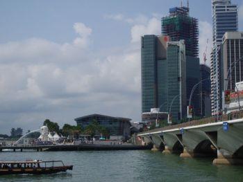 Сингапур. Мерлион. Прогулочная лодка.