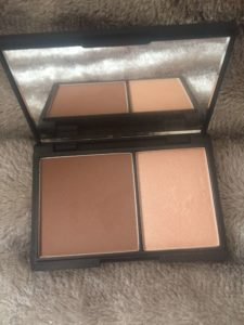 Sleek face contour and highlighter