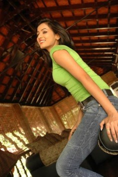 Sonal-Chauhan-Tight-Green-Top-Denim-Jeans (121)