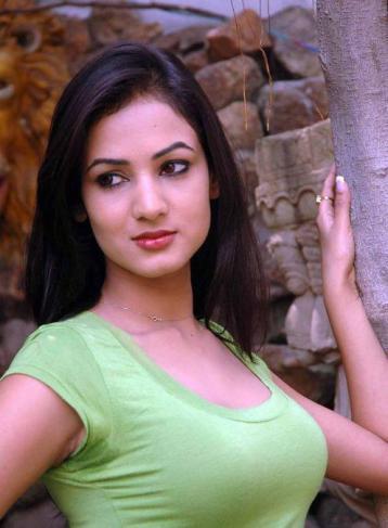 Sonal-Chauhan-Tight-Green-Top-Denim-Jeans (63)