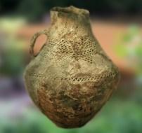 D'après un pichet en terre cuite de l'âge du Bronze au décor excisé typique, Charente, France. (Marsailly/Blogostelle.)