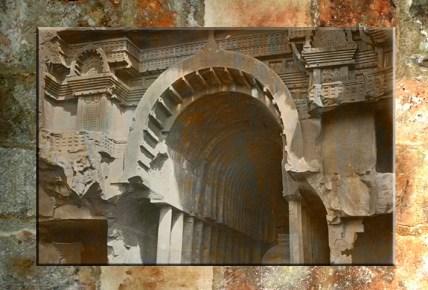 D'après l'entrée imposante du temple de Bhâja et ses balcons, Mahârâsthra, Inde du Sud. (Marsailly/Blogoselle)