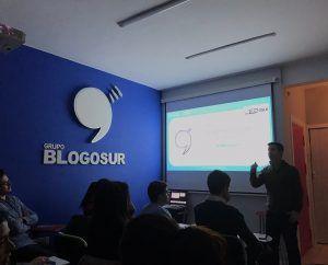 Pepe Santos, impartiendo clase de Comunicación Digital en Grupo Blogosur