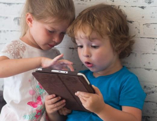 jongen en meisje spelen op hun kindertablet