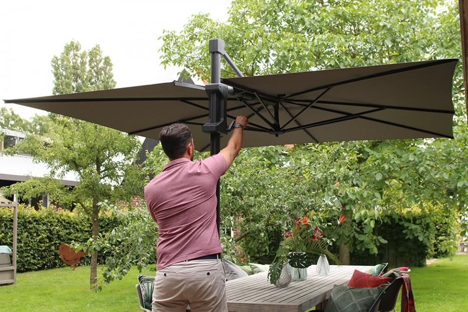 Onder vaders parasol, zat eens tien man royaal te genieten!