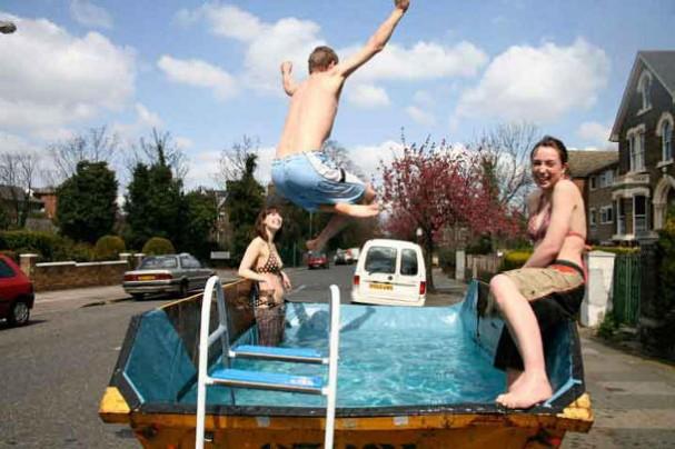 Zelf een zwembad maken van een afvalcontainer.