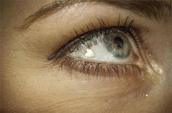 美國女子在眼睛嵌心形白金片