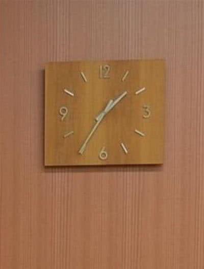 250 個時鐘同時停在凌晨 1 點 35 分的靈異事件