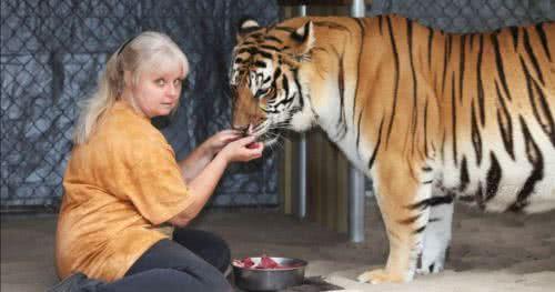 珍妮絲在住家養了兩隻老虎