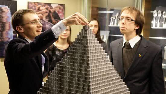 全球最大的硬幣金字塔