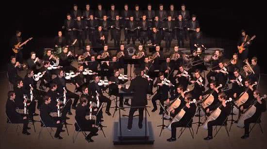 一人分飾整個交響樂團 70 個角色