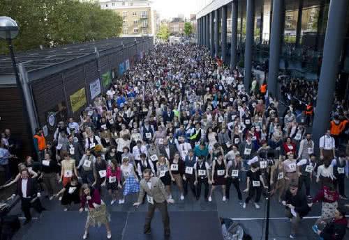 英國近千人齊跳查爾斯頓舞
