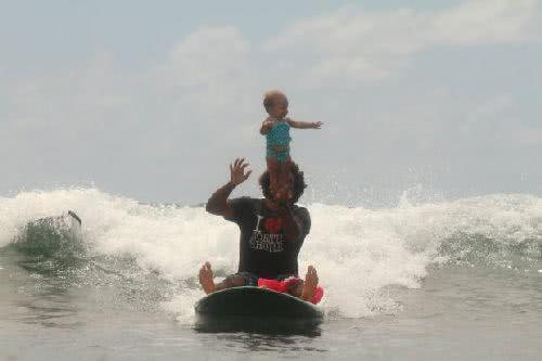 哈達莎跟著父親一起衝浪