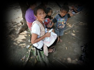 Potret Kemiskinan, ibu-ibu dengan anak banyak