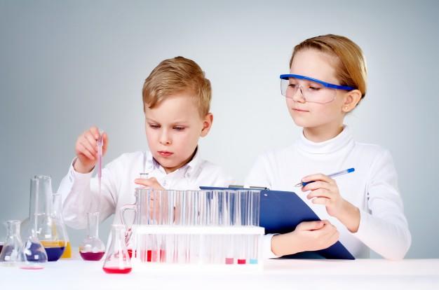 i-giovani-scienziati-che-fanno-ricerca-in-laboratorio_1098-2333.jpg
